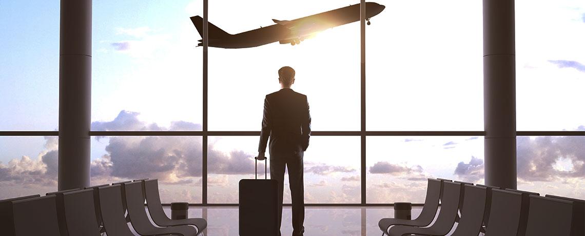 imagen de un hombre con una maleta que ha contratado el servicio de taxi al aeropuerto de Valladolid